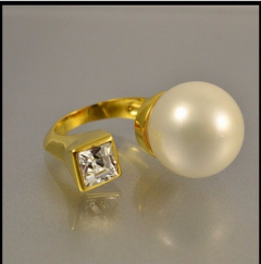 Кольцо жемчужина и камень золотое