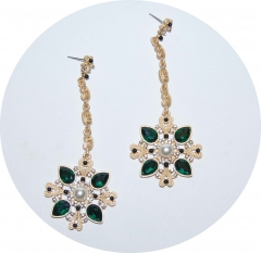 Золотые серьги с зелеными камнями