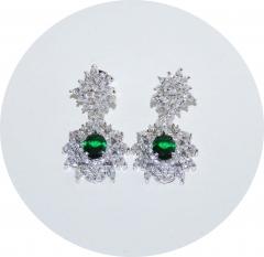 Серьги с зеленым и белыми камнями