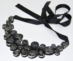 Колье из камней Цветы черное