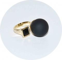Кольцо в стиле Диор черное матовое с камнем