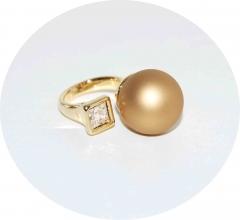 Кольцо в стиле Диор золотое матовое с камнем