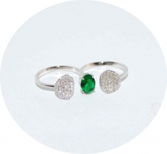 Кольцо на два пальца с зеленым камнем