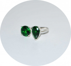 Кольцо с зелеными камнями