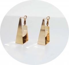 Стильные серьги золотистые