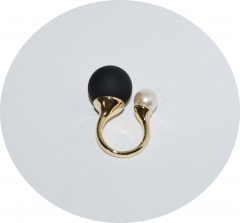 Кольцо Dior черный матовый и жемчуг