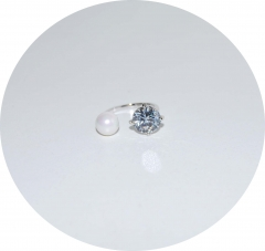 Колечко в стиле KO белый камень и жемчуг