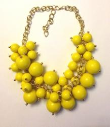 Колье из бусин желтое